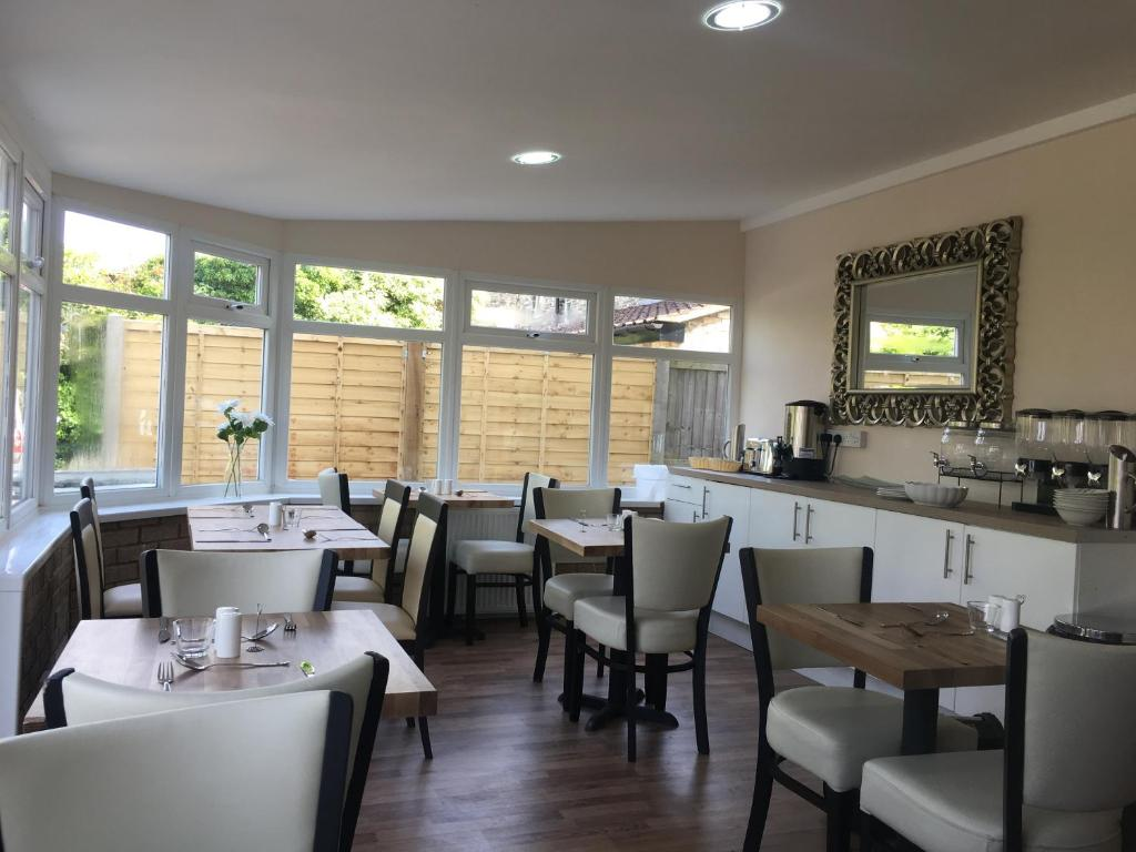 A restaurant or other place to eat at Elris Essex House