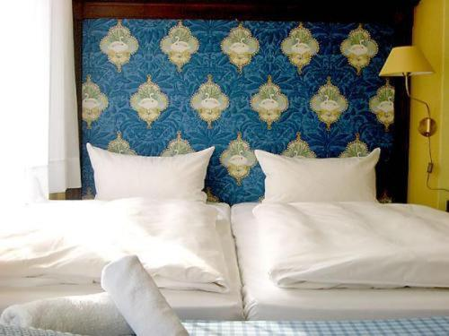 A bed or beds in a room at Hotel Neustadt