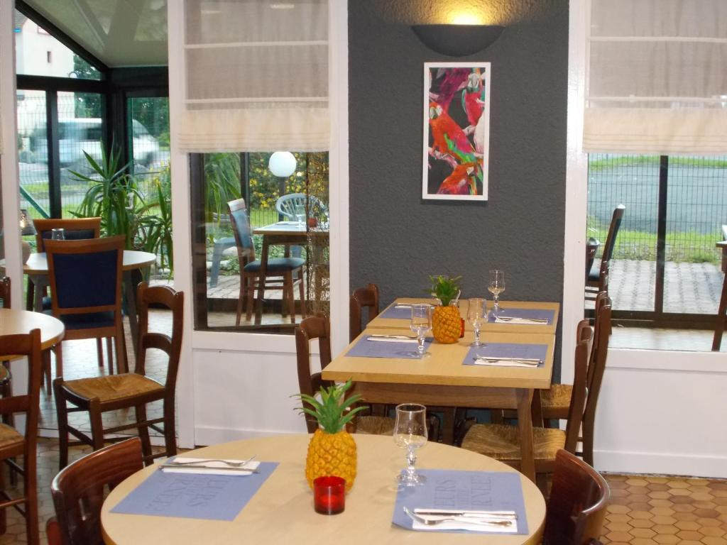 A restaurant or other place to eat at Kyriad Tarbes Odos