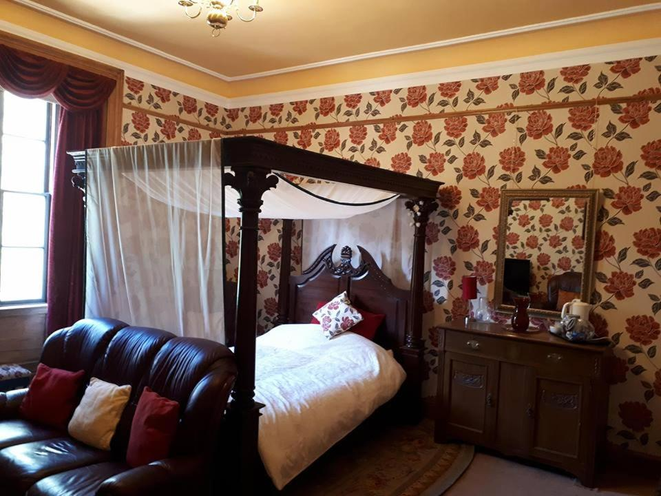 A bed or beds in a room at Hallgreen castle