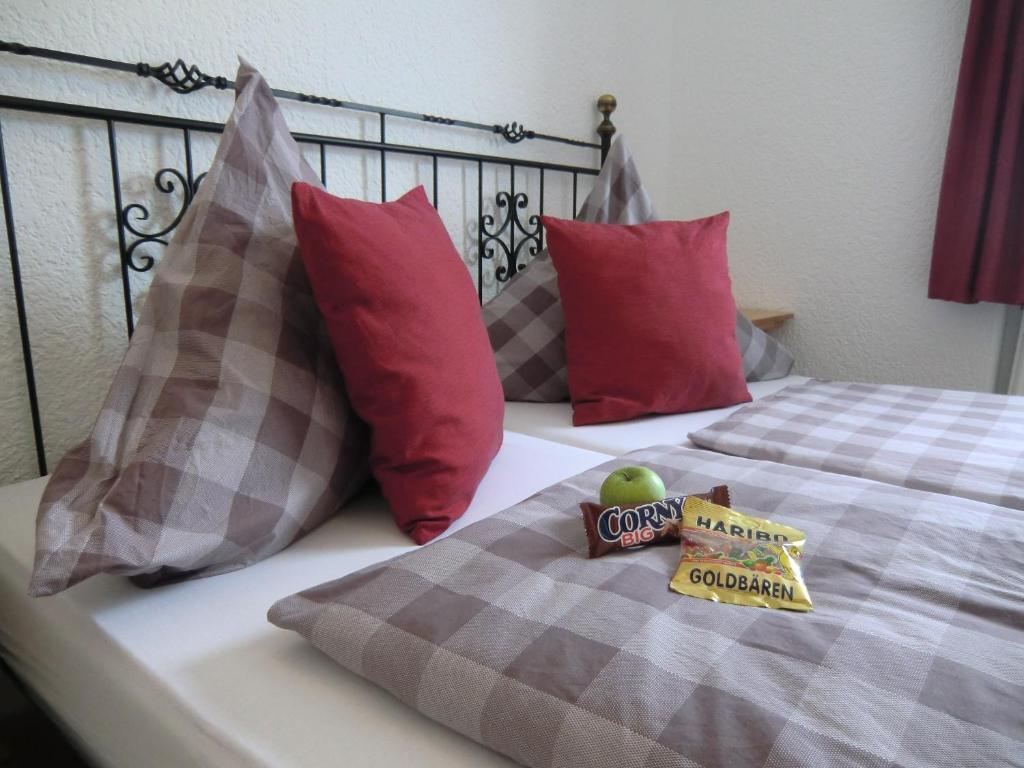 Ein Bett oder Betten in einem Zimmer der Unterkunft Hotel Restaurant Kaminstube
