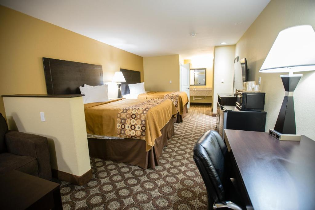 A bed or beds in a room at Relax Inn and Suites Kuttawa
