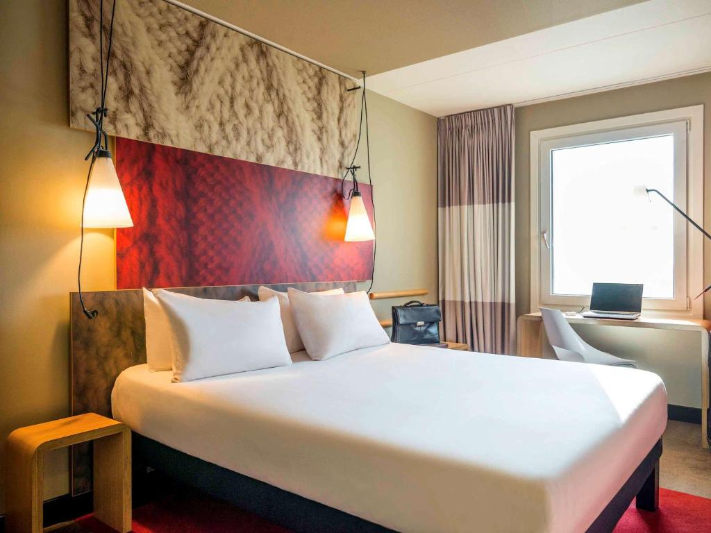 A bed or beds in a room at Ibis Schiphol Amsterdam Airport