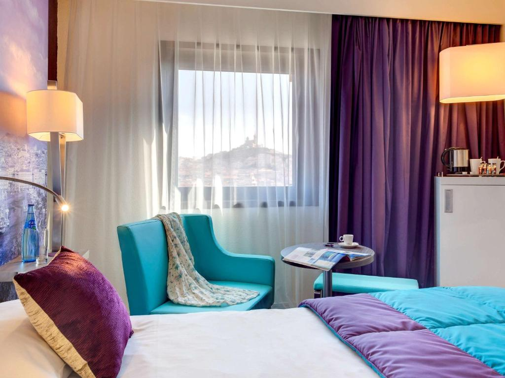A bed or beds in a room at Mercure Marseille Centre Vieux Port