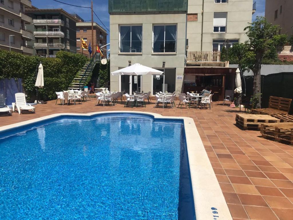 Baseinas apgyvendinimo įstaigoje Hotel Sant Jordi arba netoliese