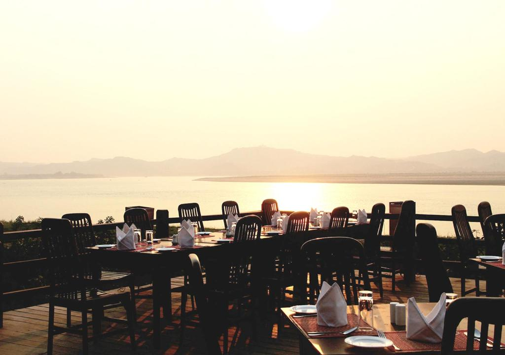 Restoran ili neka druga zalogajnica u objektu Bagan Hotel River View