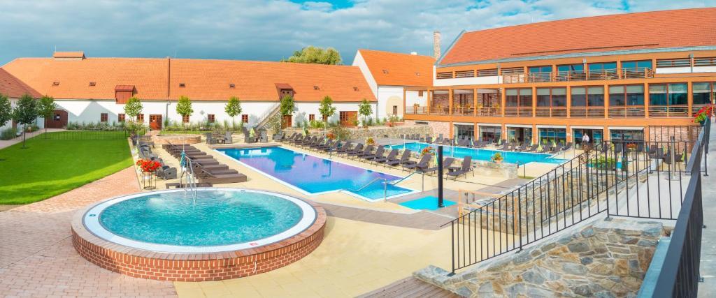 Bazén v ubytování Hotel Zámek Valeč nebo v jeho okolí