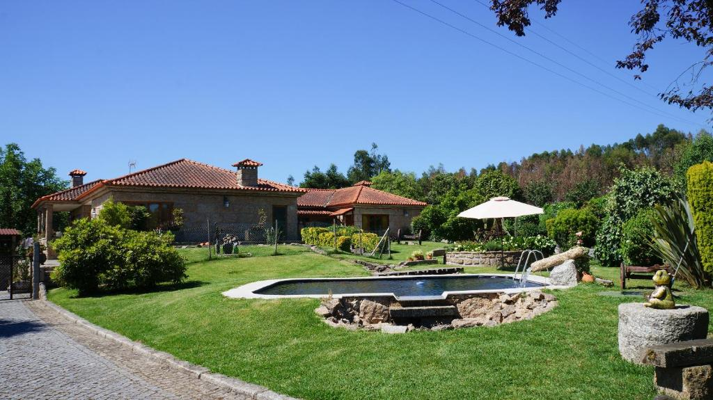 The swimming pool at or near Quintinha do Monte
