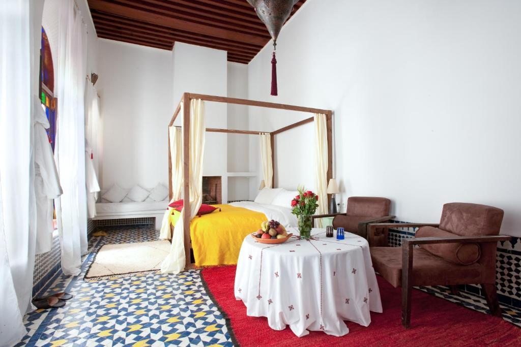 سرير أو أسرّة في غرفة في Riad Tizwa