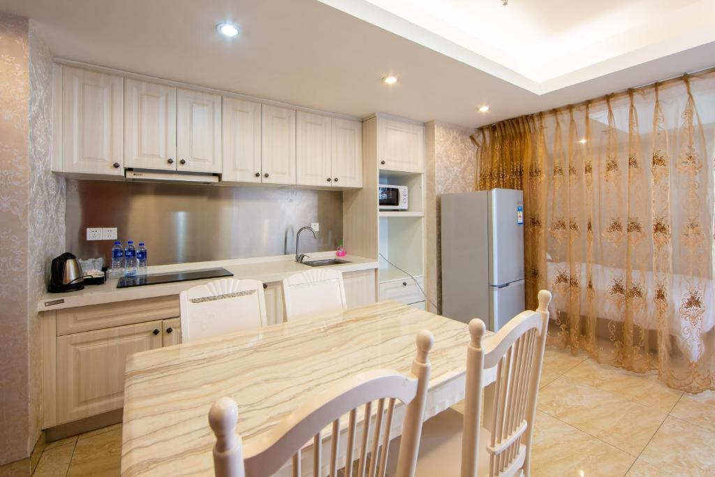 A kitchen or kitchenette at Guangzhou Yicheng Hotel Apartment - Grandview Oriental Branch