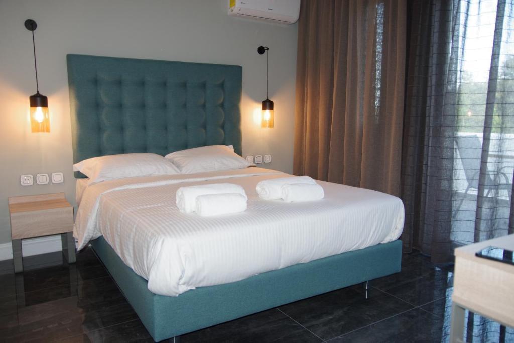 Кровать или кровати в номере Esperides Hotel