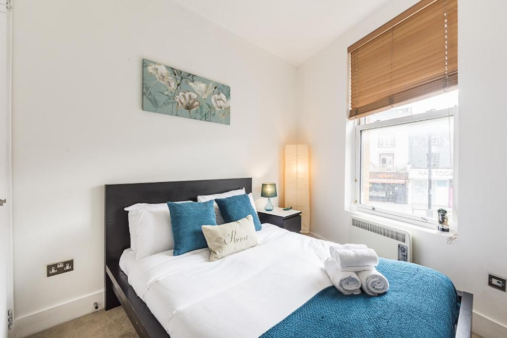 A bed or beds in a room at CDP Apartments - Kentish Town