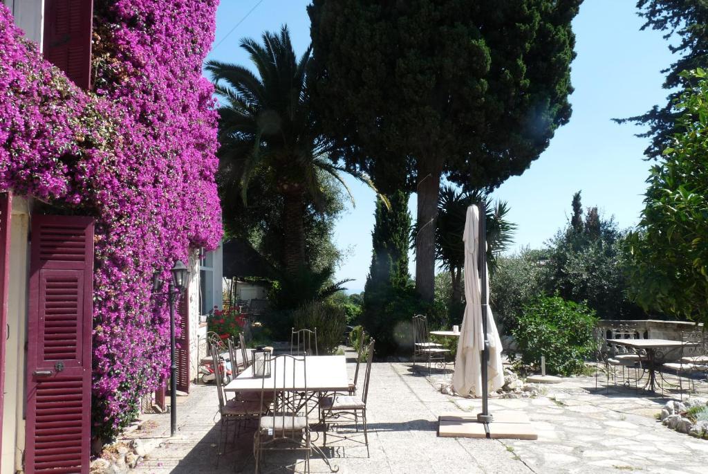 Un restaurante o sitio para comer en Castel Enchanté