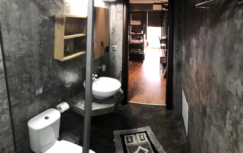 A bathroom at Modern apartment in the heart of the city