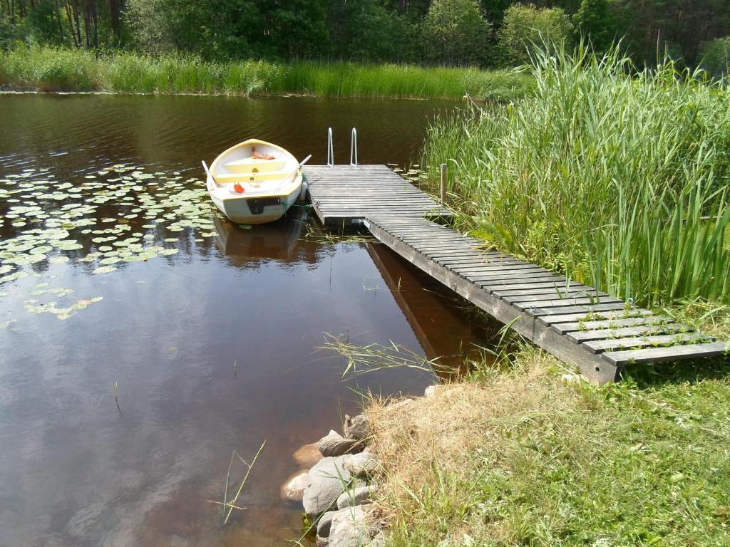 Vaade järvele puhkemajakeste lähedal