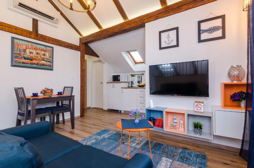 Televízia a/alebo spoločenská miestnosť v ubytovaní Apartments Racic