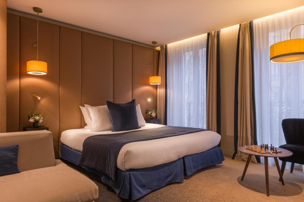 Een bed of bedden in een kamer bij Hôtel de la Bourdonnais