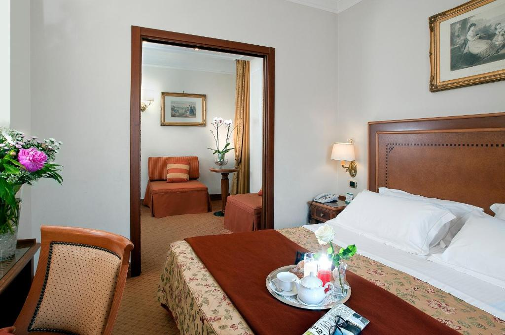 A bed or beds in a room at Pinewood Hotel Rome
