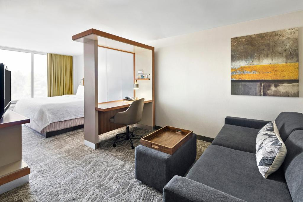 A seating area at SpringHill Suites by Marriott Flagstaff