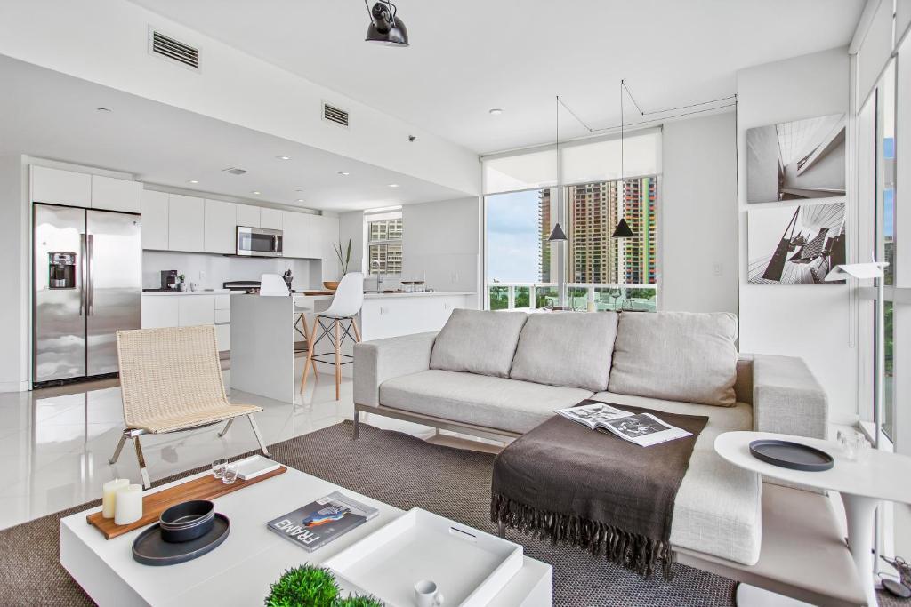 Uma área de estar em OB Suites Brickell Miami