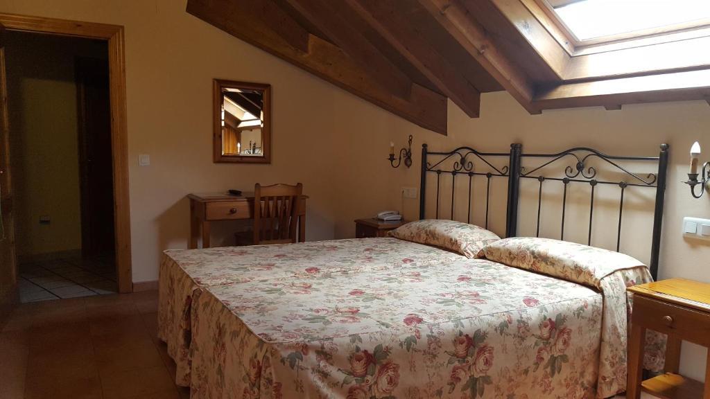 A bed or beds in a room at Hotel Naranjo De Bulnes