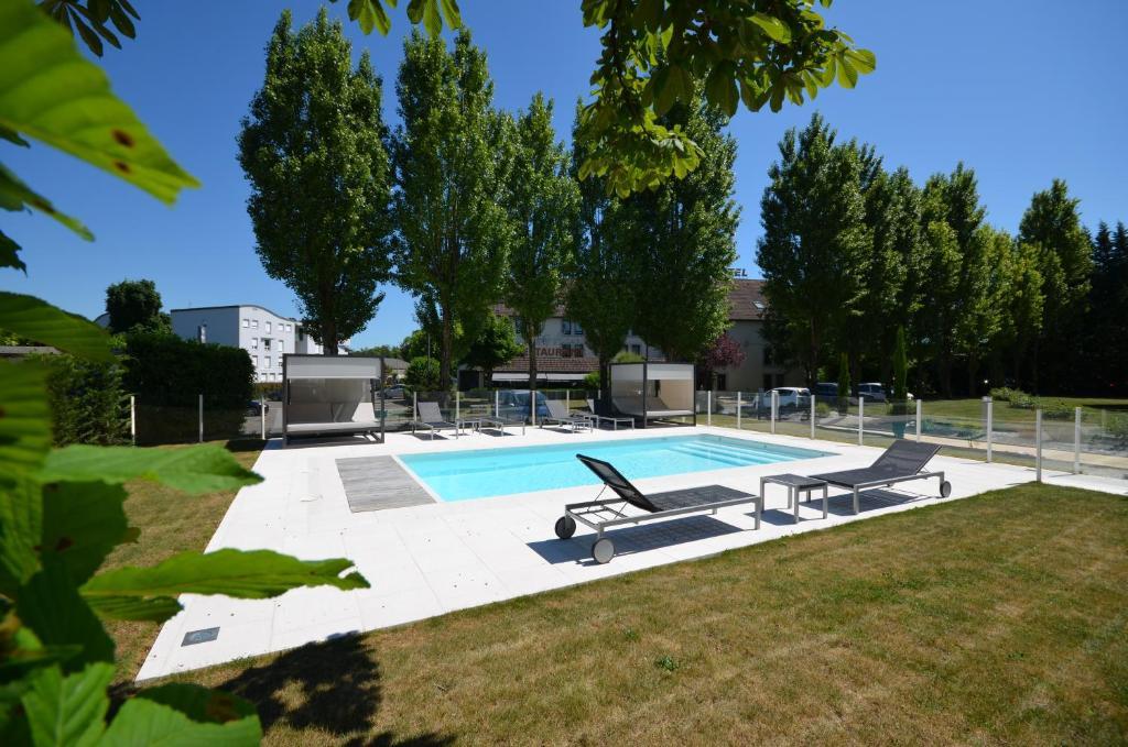 Piscine de l'établissement Kyriad Dijon Est Mirande ou située à proximité