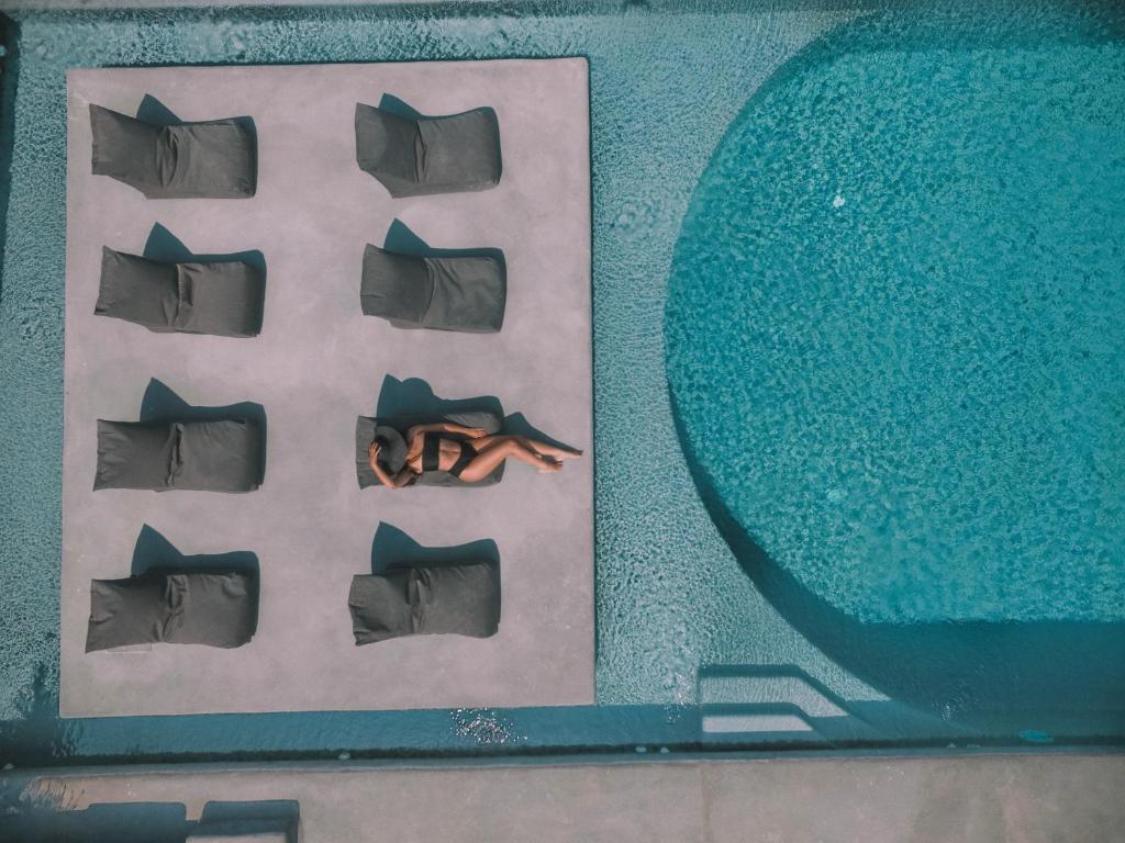 Utsikt över poolen vid Santorini Villas eller i närheten