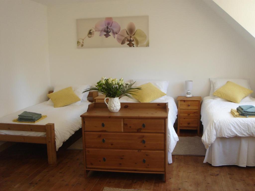 A bed or beds in a room at La Maison de Ville Josselin
