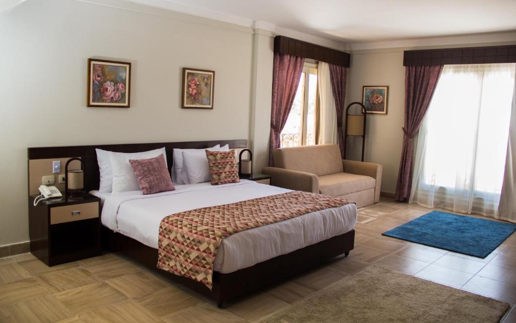 سرير أو أسرّة في غرفة في Palma Inn Resort - Montazah Palace