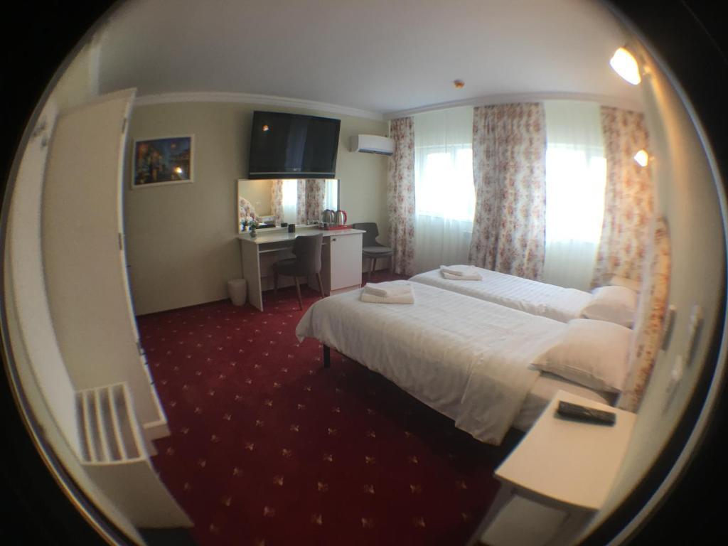 Łóżko lub łóżka w pokoju w obiekcie Casa Bucovineana