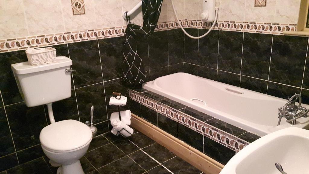 A bathroom at Keernaun House B&B