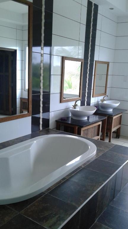 A bathroom at Cowrie Shell Beach Apartments