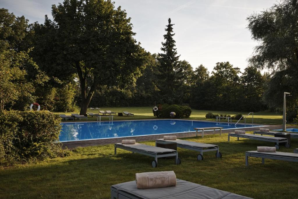 켐핀스키 호텔 프랑크푸르트 그라벤브루흐  내부 또는 인근 수영장