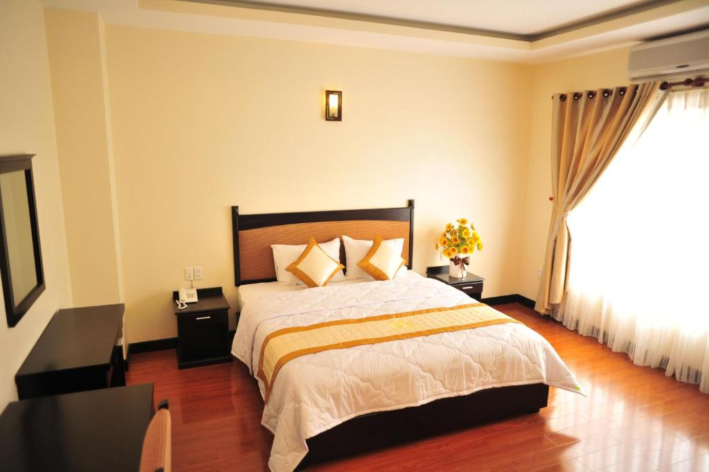 A bed or beds in a room at Than Thien - Friendly Hotel