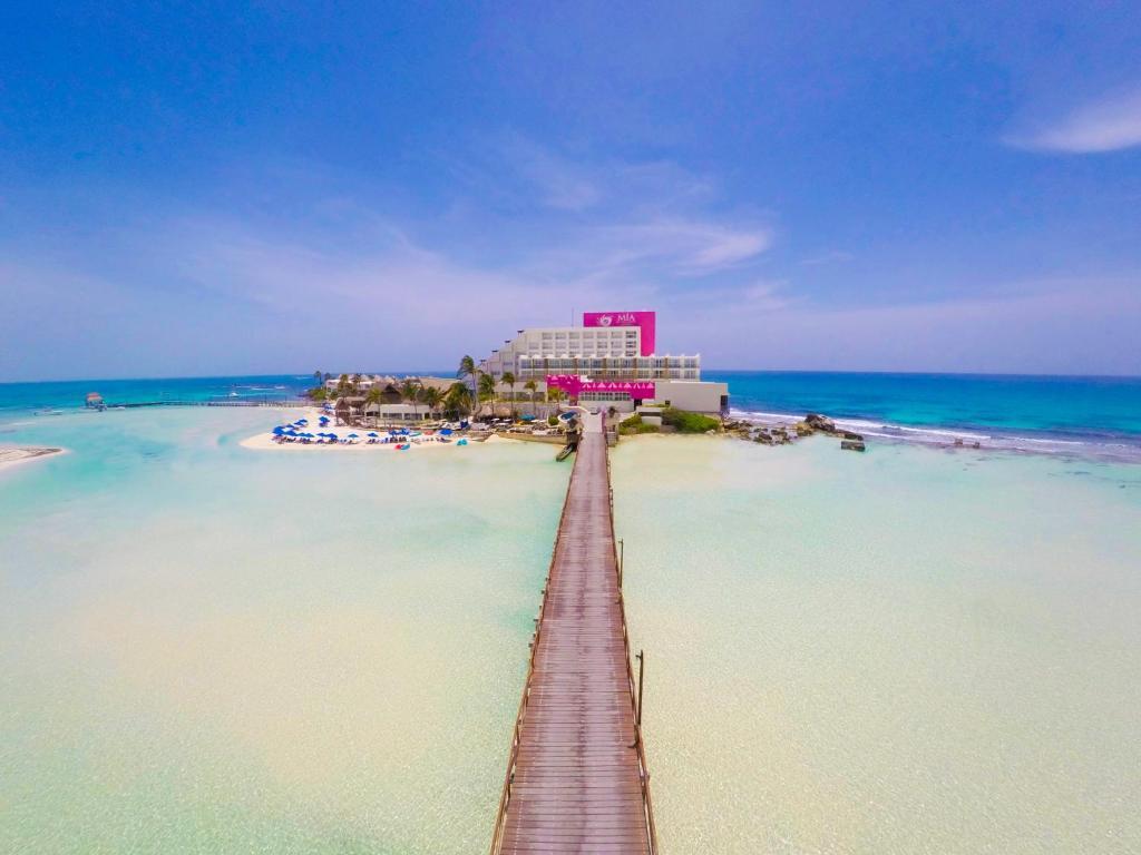 puente de acceso al hotel Mía reef