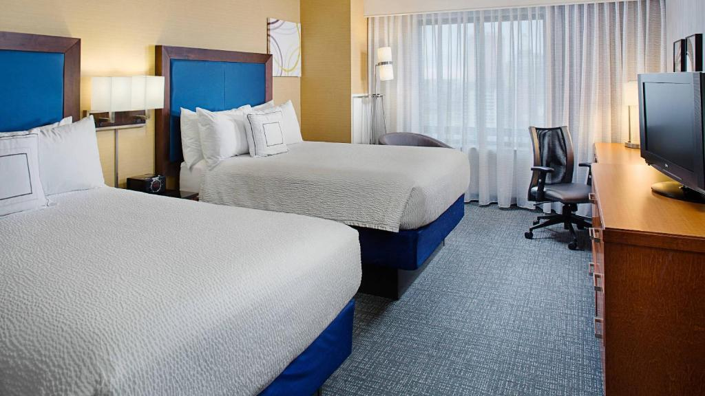A bed or beds in a room at Courtyard by Marriott Atlantic City Beach Block