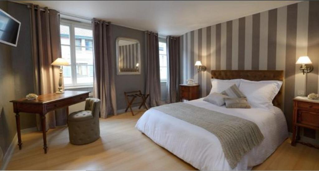 A bed or beds in a room at Hotel de la Balance