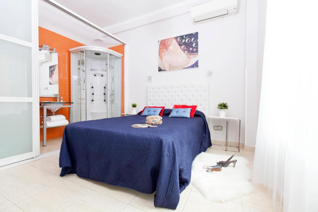 A bed or beds in a room at Hostal Salamanca
