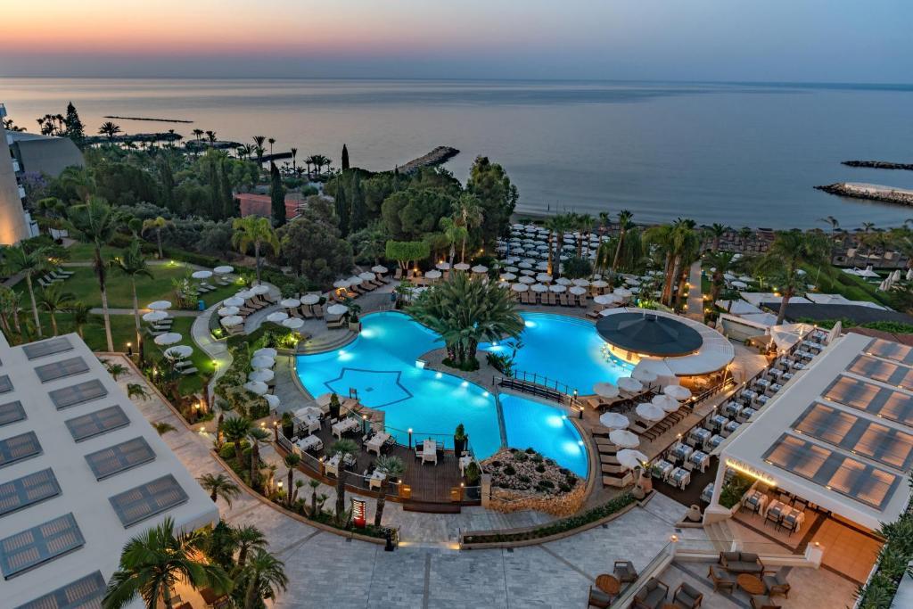 Vista sulla piscina di Mediterranean Beach Hotel o su una piscina nei dintorni