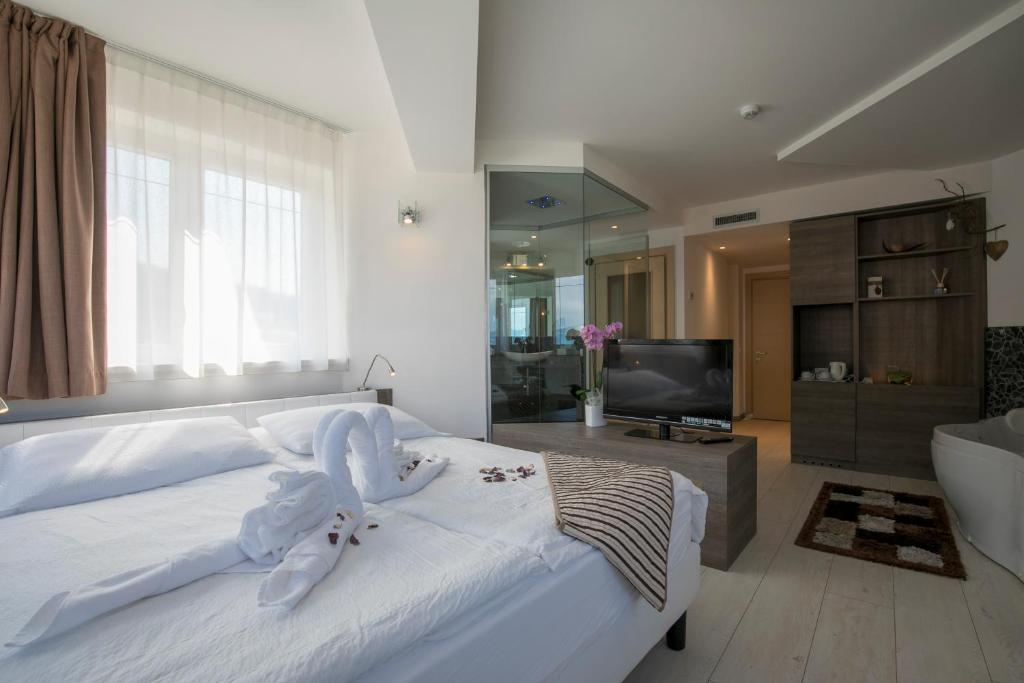 A bed or beds in a room at Hotel Luna Bianca