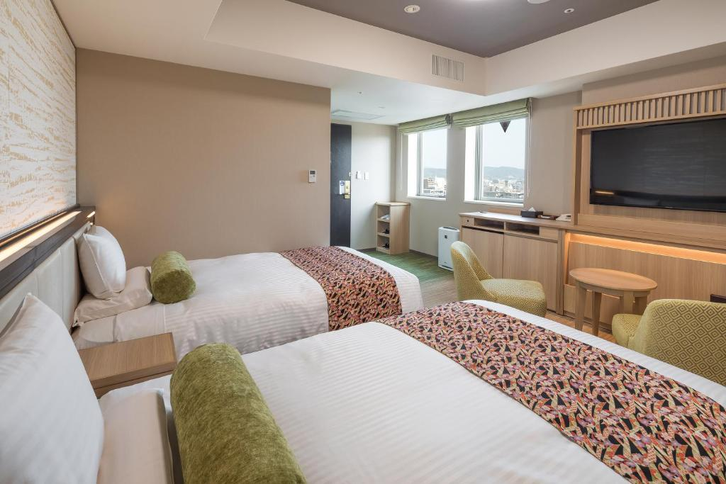 A bed or beds in a room at HOTEL MYSTAYS Kyoto Shijo