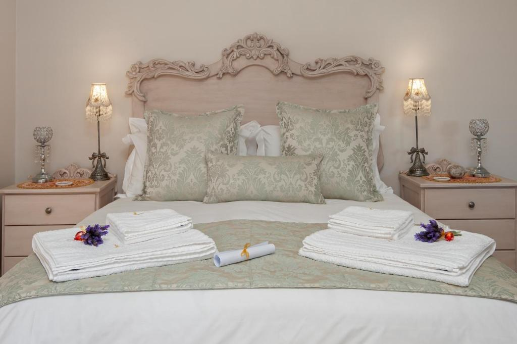 A bed or beds in a room at Whaler's Point