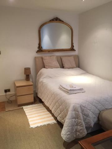 A bed or beds in a room at Chelsea BnB