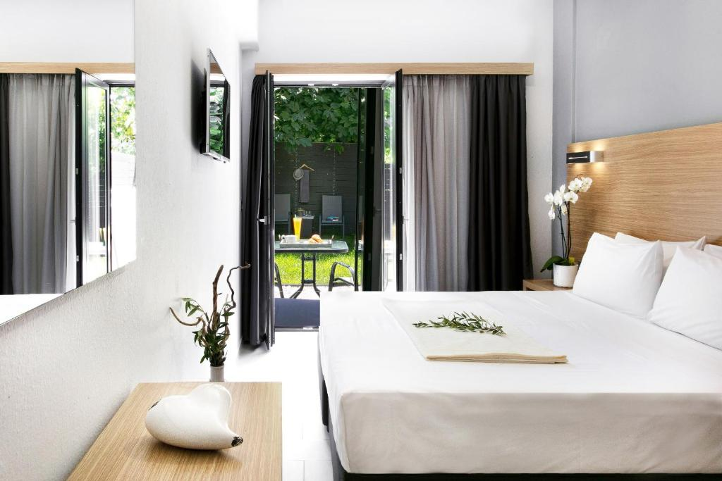 A bed or beds in a room at Atlas Hotel Skiathos