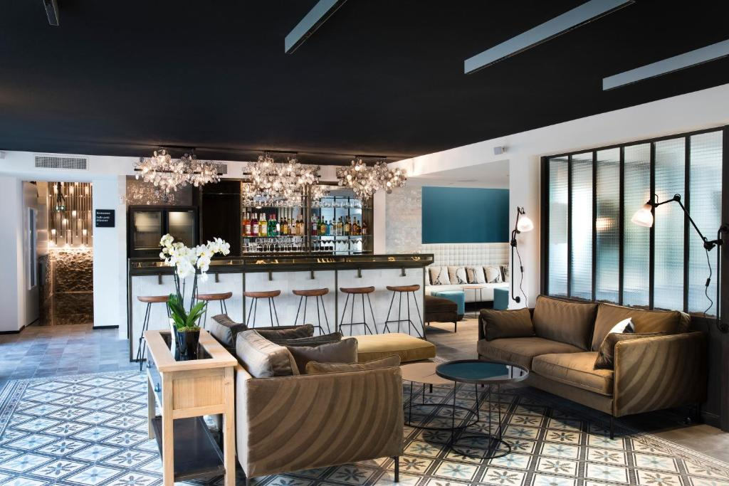 The lounge or bar area at Hôtel Les Deux Girafes
