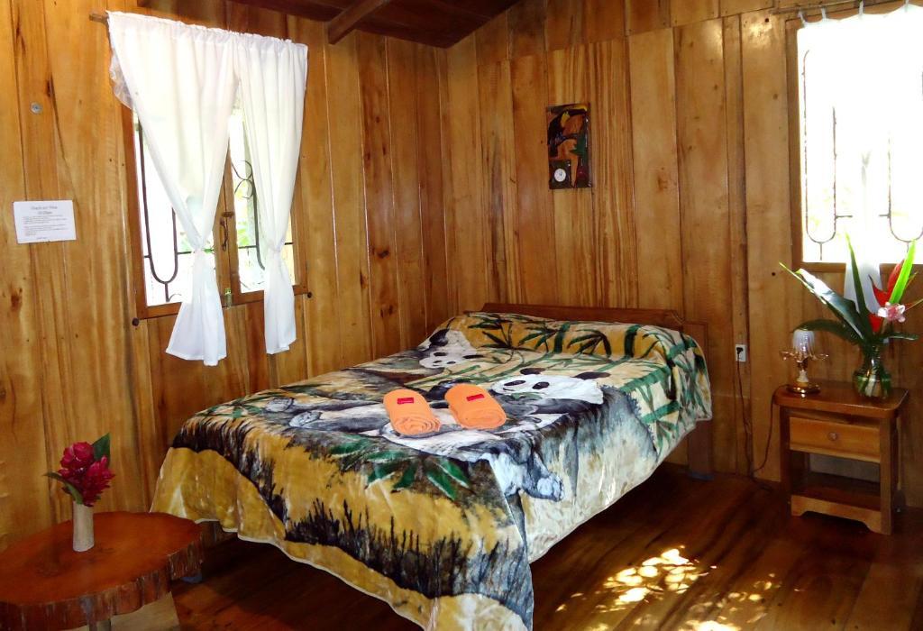 A bed or beds in a room at Cabañas Armonía y Jardín de Orquídeas