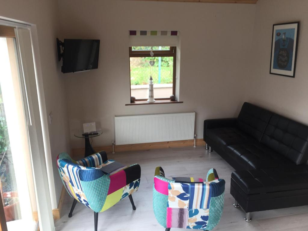 A seating area at Reek View - Two Bedroom Apartment