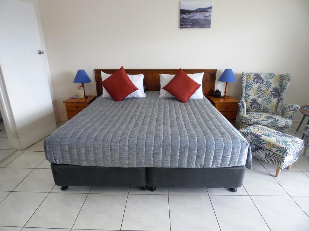 A bed or beds in a room at Airlie Court Holiday Units