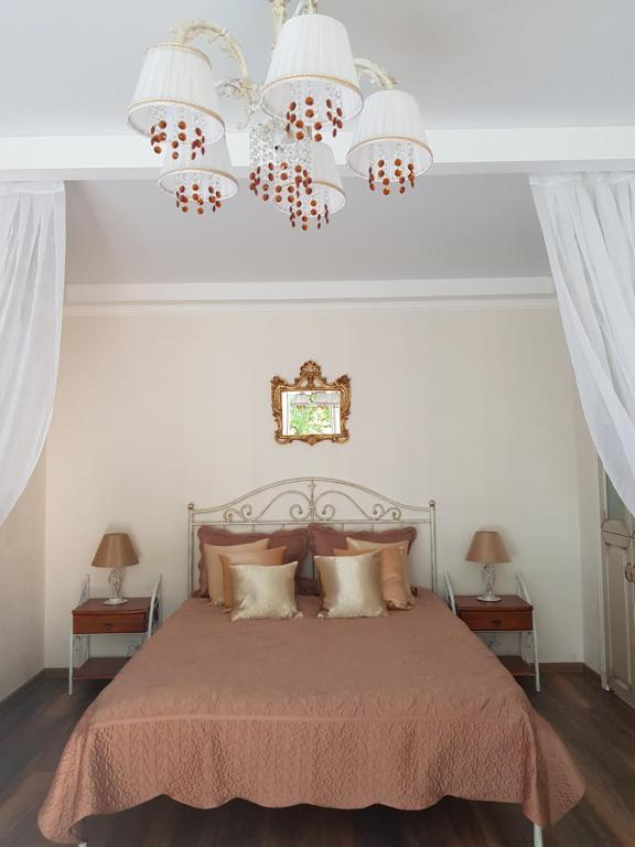 A bed or beds in a room at Severnaya Venezia Apartment