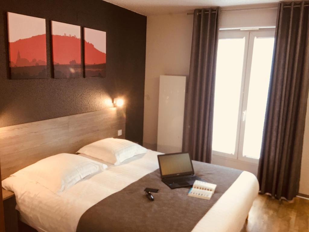 Кровать или кровати в номере Hotel Colmar Vignes Eguisheim